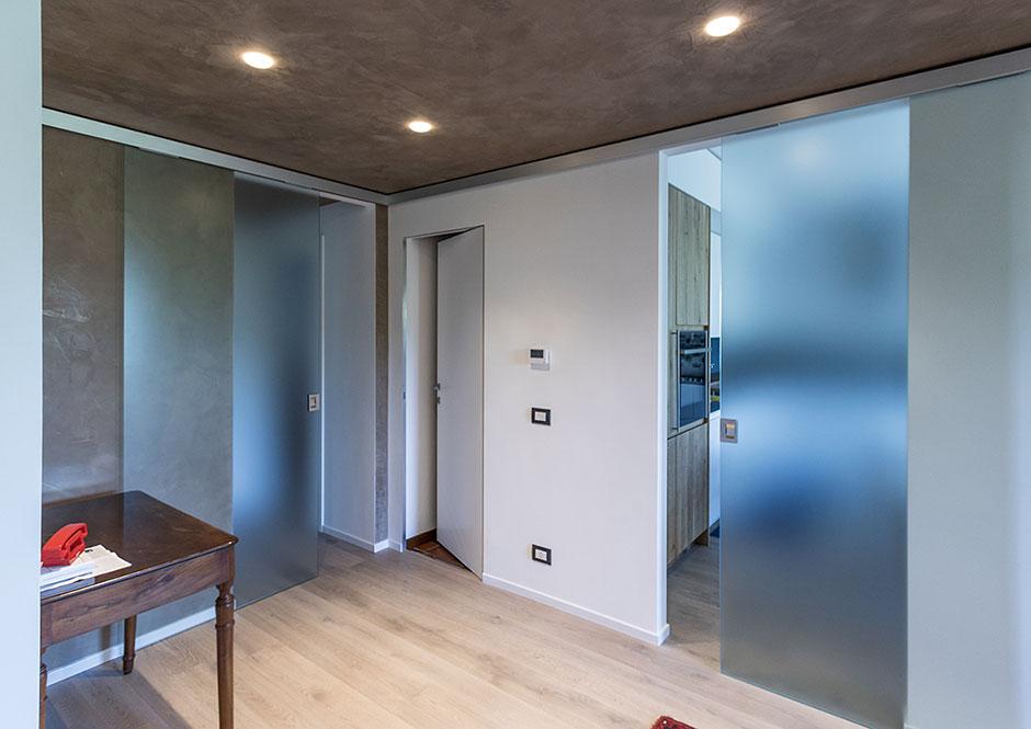 Ante vetro satinato scorrevoli con binario filo soffitto - Porta scorrevole filo muro ...